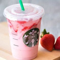 Vegan Starbucks drinks you can have all year round! With their great menu, Starbucks has made it easier for vegans! Read our top favorite vegan Starbucks drinks Bebidas Do Starbucks, Copo Starbucks, Starbucks Secret Menu, Starbucks Coffee, Coffee Frappuccino, Pink Drink Recipes, Pink Drinks, Yummy Drinks, Healthy Drinks