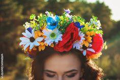 Zamiast diademu, panna młoda może przystroić głowę wiankiem, jak słowiańska piękność. #wesele #rustykalne #ślub #styl #wiejski #sluby #pannamloda #panmłody #karoca #wóz #trendy2018  #zabawa #dekoracje #ślubne #pomysły #inspiracje #wianek #welon #diadem #kwiaty #łąka #słowiańskie #Polska #wedding #bride #bridal #stylish #rustic #village #country #rural #cart #trends2018 #ideas #inspiration #hair #flower #decoration #Свадьба #свадьба #принятие #оформление