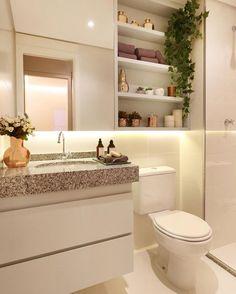 Um projeto lindo e muito funcional. O nicho além de decorar deixa à mostra itens utilizados no dia a dia. Por trás do espelho um armário para guardar produtos de higiene pessoal.