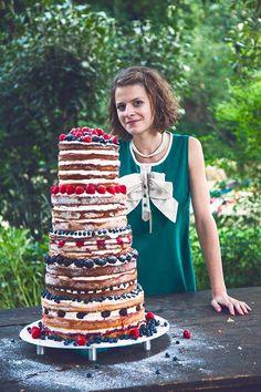 Tohle léto bylo ve znamení svateb a včera byla ta nejhezčí, #therealmeatwedding. Upekla jsem na ni asi svůj rekordní dort - piškotový se šlehačkou, spoustou posledního lesního ovoce a marmelády (jako od maminky, jen asi patnáctkrát větší). Klepaly se mi ruce, kolena, ale nakonec vyšel, jak měl! Mladomanželom všechno nejlepší*** ____ wedding cake naked cake