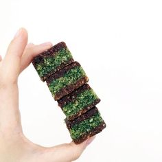 / No Freeze Rawlicios Matcha Raweo! Apologies that they are in squares but they are much easier to make High in antioxidants, fibre, vitamin C and also keeps you full for longer from the super Baobab fruit and Matcha!  Full recipe on www.tweedlets.com (link in bio) ------------------- Find us!  fb| tweedlets  t | thetweedlets