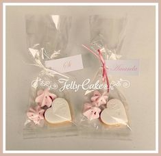 Just a couple of the 128 wedding favours to go with the Vintage Pink Roses Wedding Cake. An iced heart shaped biscuit with 2 pink meringue kisses. Biscuit Wedding Favours, Edible Wedding Favors, Personalized Wedding Favors, Wedding Cookies, Unique Wedding Favors, Winter Wedding Favors, Wedding Party Favors, Wedding Gifts, Wedding Cake Roses
