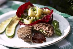 Grillatut mozzarella-jauhelihapihvit maistuvat perunasalaatin kanssaKuori ja hienonna sipuli sekä valkosipulinkynnet. Kuumenna öljy pinnoitetussa paistinpannussa. Lisää sipuli sekä valkosipuli ja kuul...