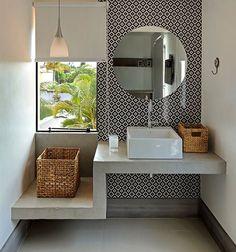 Banheiro com revestimento Vila Madá Portobello. Bancada com níveis diferentes.