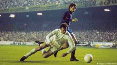 Barcelona 1 Leeds Utd 1 (2-3 agg) in April 1975 at Camp Nou. Paul Madeley defends against Johan Cruyff #EuroCupSemiFinal2Leg