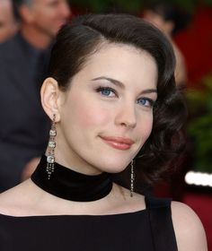 Beautiful Liv Tyler attended the 2004 Oscars wearing H.Stern Déco earrings.