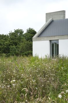Fuente: Ryan W. Kennihan ArchitectsFotografía: Ryan W. Kennihan ArchitectsA new farmhouse for the Galway countryside. This house begins with the vernacular Irish farmhouse typology, which exi Architecture Awards, Architecture Details, Palmer House, Bungalow Renovation, Modern Farmhouse Exterior, Bungalow Exterior, Rural House, Farmhouse Remodel, Green Landscape