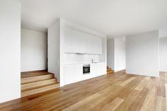 Die Küchenzeile Steht Im Haus Von Töpfer Bertuleit Architekten Als  Gliederndes Möbel Im Raum | Töpfer