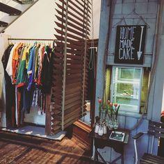 Nicht nur Secand Hand und Vintage Store, sondern auch ein Café: die Burggasse24 | creme wien Second Hand Shop, Café Bar, Shops, Loft, Heart Of Europe, Vintage Mode, Homemade Cakes, Wardrobe Rack, Pop Up