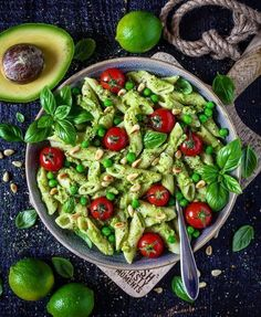 The best avocado cashew pasta ever! Made easy and fast & vegan, dairy-free and delicious! A delicious pasta dish for those in a hurry! The post Creamy avocado pasta (guacamole) appeared first on Food Monster. Pastas Recipes, Salad Recipes, Veggie Pasta Recipes, Avocado Recipes, Drink Recipes, Easy Dinner Recipes, Easy Meals, Easy Recipes, Creamy Avocado Pasta