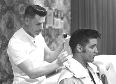 Elvis at the barber shop. Vintage Mens Haircuts, Vintage Hairstyles, Haircuts For Men, Cool Hairstyles, Brylcreem Hairstyles, Rare Elvis Photos, Vintage Hair Salons, Female Poets, Celebrity Haircuts