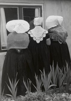 Streekdrachten in Nederland Drie vrouwen in drie verschillende Zeeuwse drachten: Arnemuiden, Walcheren en protestants Zuid-Beveland. #Zeeland #Walcheren #Arnemuiden #ZuidBeveland #protestant