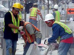 El trabajo de construcción es una actividad muy peligrosa. Para hacerlo un poco más seguro, la ley de Nueva York exige que los propietarios y contratistas proveen el equipo de seguridad apropiado para prevenir accidentes comunes como las caídas de escaleras o andamios, o los golpes de objetos que puedan caer sobre los trabajadores.  Desafortunadamente, en muchas obras los propietarios y contratistas emplean a trabajadores inmigrantes y abusan de ellos no dándoles las condiciones de trabajo