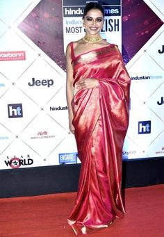 Deepika Padukone at HT Most Stylish Awards 2018 : Deepika took the traditional route and opted for a shiny traditional saree with gold Tanishq jewelry. While there's no doubt that Deepika looked great, between the sleek hairstyle-smokey eyed makeup. Bollywood Girls, Bollywood Celebrities, Indian Attire, Indian Wear, Deepika Padukone Saree, Deepika Padukone Hairstyles, Indian Dresses, Indian Outfits, Sari Blouse Designs