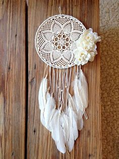 Atrapasueños en crochet - Ideas geniales ⋆ Manualidades Y DIY Doily Dream Catchers, Dream Catcher Boho, Crochet Diy, Crochet Doilies, Crochet Ideas, Crochet Patterns, Dream Catcher Crochet Pattern, Crochet Designs, Knitting Patterns