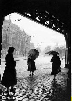 5-B1-D80-1958-1 Women with umbrellas on Skalitzer Straße in Kreuzberg, 1968 akg-images / ullstein bild