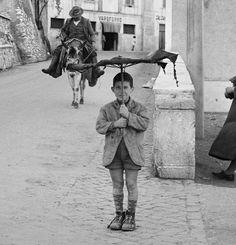 """1950 ca. - Mentre Roma era piena di moda, altre parti d'Italia erano pieni di povertà. Perlmutter ha chiamato questa foto, semplicemente, la """"Umbrella di un ragazzo."""""""