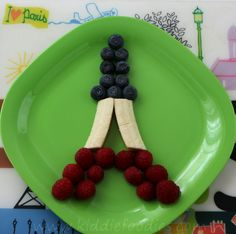 This edible craft Eiffel Tower made of fresh fruit can be a funny dessert to prepare with kids & to make them discover Paris. Fresh Fruit Desserts, Cute Desserts, Cute Food, Good Food, Yummy Food, Deco Fruit, Bastille Day, Edible Crafts, Bento