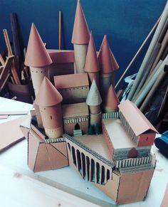 Cardboard Hogwarts Castle by Marta Boza Harry Potter Château, Magie Harry Potter, Harry Potter Castle, Estilo Harry Potter, Harry Potter Halloween, Harry Potter Christmas, Harry Potter Birthday, Harry Potter Bricolage, Imprimibles Harry Potter