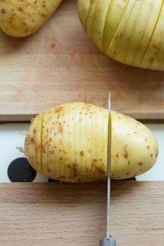 Ik had ze al vaak zien passeren op Pinterest, maar zelf heb ik ze pas voor het eerst geproefd op een Zweeds midzomer feest in juni: de Hasselback aardappelen. De meest decoratieve manier om gebakken aardappeltjes te maken: geroosterde schijfjes die als ee Vegetarian Recipes, Healthy Recipes, Oven Dishes, Yummy Food, Tasty, Food Facts, Camping Meals, Other Recipes, Love Food