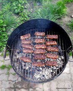 Mici de casa reteta de mititei pufosi - pasta de mici | Savori Urbane Sirloin Steak Recipes, Sirloin Steaks, Barbecue Grill, Grilling, Romanian Food, Grill Pan, Picnic, Recipies, Food And Drink