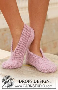 """Garnstudio, Drops Design Free pattern DROPS 111 29 knitted slippers in andes or eskimo DROPS knitted slippers in """"Eskimo"""". ~ DROPS Design An old favorite ~ great for… Ravelry: knitted slippers in """"Eskimo"""" pattern by DROPS design - did these in f Knit Slippers Free Pattern, Knitted Slippers, Wool Socks, Slipper Socks, Crochet Slippers, Knit Or Crochet, Knitting Socks, Pink Slippers, Crochet Granny"""