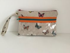 Coudre une petite Pochette couture Madalena - YouTube Pouch, Wallet, Diaper Bag, Youtube, Coin Purse, Sewing, Diy, Tutorials, Models