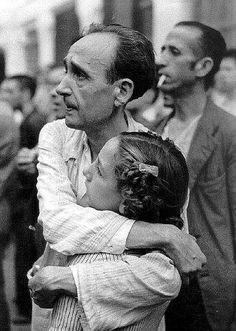 Hace 75 años cayó la defensa de Madrid. Las tropas franquistas entraron sin resistencia haciendo burla del «¡No pasarán!». Acababa la guerra y comenzaba un periodo de cruenta represión (unas 50.000 ejecuciones y casi 300.000 reclusiones). Sobre todo ese sufrimiento se impondrían cuatro décadas de dictadura y opresión a las que se llamó «paz» (en la imagen, un preso republicano abraza a su hija en la cárcel de Porlier, colegio Calasancio de Madrid, 1939). http://www.veniracuento.com/
