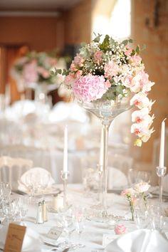 Fleurs : Fleurs de Mars // Photo : David Newkirk // Mariage, romantique, chic, tons pastels et or // Roses anciennes, gypsophile & orchidées.