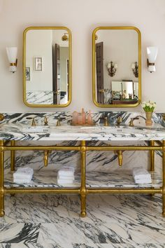 Malibu, California: Drummonds' custom double vanity with unlacquered brass fittings against the veined marble create a statement look in this beautifully textured interior. Double Ended Bath, Arabescato Marble, Vanity Basin, Queens Wallpaper, Custom Vanity, Modern Light Fixtures, Brass Fittings, White Tiles, Classic House