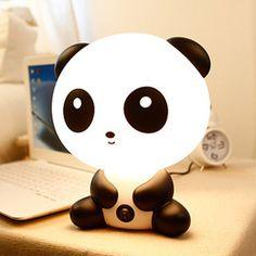 Đèn ngủ gấu trúc - 249K  http://winwinshop88.com/qua-tang/qua-tang-doc-dao/den-chieu-sao-den-ngu/den-ngu-gau-truc.aspx Đèn ngủ gấu trúc với thiết kế ngộ nghĩnh rất đáng yêu này có thể làm tốt vai trò của một chiếc đèn bàn, cũng như một vật trang trí xinh xắn cho ngôi nhà của bạn đó. Sản phẩm sử dụng điện 220v trực tiếp, phát ánh sáng trắng nên thích hợp để trên bàn dùng đọc sách,ở góc học tập, phòng ngủ hay bất kỳ đâu mà bạn thích.