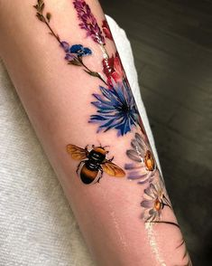 Bee and flowers tattoo Tattoo Henna, Bee Tattoo, Body Art Tattoos, Sleeve Tattoos, Tatoos, Piercing Tattoo, Piercings, Tattoo Designs, Wildflower Tattoo