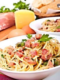 Těstoviny servírované promíchané s orestovanou pancettou nebo anglickou slaninou, vajíčky, smetanou a parmazánem. Stromboli, Calzone, Italian Home, Gnocchi, Bon Appetit, Lasagna, Real Food Recipes, Spaghetti, Food And Drink