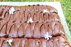 Glutenfri, vegansk sjokoladekake som alle kan spise. Kaken er dekket av et rikelig lag med deilig sjokoladeglasur. Baking, Ethnic Recipes, Food, Bread Making, Meal, Patisserie, Backen, Essen, Hoods