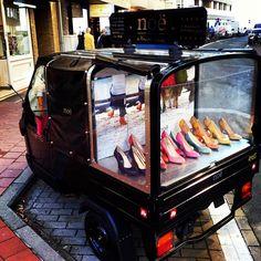 window displays on wheels - pop-up shoes