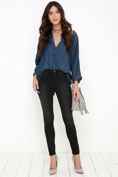 These long and lean high-waisted stretch jeggings have light whiskering and washing patterns on the front and back.