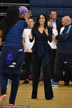 Meghan Markle and Harry meet young sports coaches at awards ceremony Estilo Meghan Markle, Meghan Markle Style, Meghan Markle Outfits, Prinz Charles, Chic Outfits, Fashion Outfits, Prinz Harry, Princess Meghan, Prince Harry And Megan