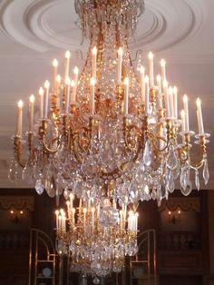 Balzaal paleis het Loo Elegant Chandeliers, Luxury Chandelier, Antique Chandelier, Luxury Lighting, Crystal Chandeliers, Chandelier Centerpiece, Chandelier Lighting, Dramatic Lighting, Unique Lamps