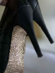 All things glittery are back and it is so pretty! There are glittery shoes, glittery heels, glitter bags etc . How about some glitter soles! I found this DIY tip on glitter soles. Crazy Shoes, Me Too Shoes, Look Fashion, Diy Fashion, Fashion News, Luxury Fashion, Fashion Design, Mode Shoes, Zapatos Shoes