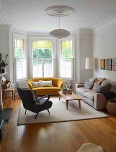 窓の下にあるイエローのソファがアクセントです。このような光が入る場所にイエローを配置すると、イエローの利点である明るさやはつらつとした印象が強調されます。