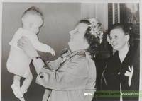 Bezoek koningin Juliana aan het weeshuis voor wijziging statuten (voogdij instelling) baby is Peter Monster. Datering1953.
