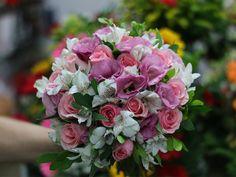 Buquê de noiva, rosas, lisiantos e astromelias