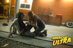 Mike (Jesse Eisenberg) und Phoebe (Kristen Stewart) müssen schnellstens verschwinden. #AmericanUltra - Jetzt im Kino! #KristenStewart #JesseEisenberg #kino