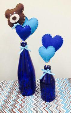 Garrafas de vidro pintadas a mão e palitos com motivos em feltro. <br> <br>O kit contém 1 garrafa grande (22 cm) com 3 motivos em feltro e 1 garrafa pequena (14 cm) com 2 motivos em feltro. <br> <br>Verificar disponibilidade de cores e motivos em feltro.