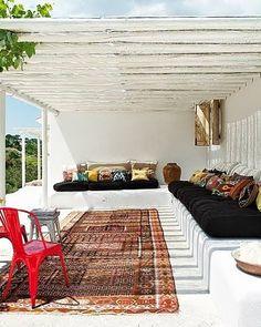 Eclectische sfeer met oud Perzisch tapijt en boho kussens #summer #terras #boho #Ibiza #carpet #veranda #porch #eclecticstyling