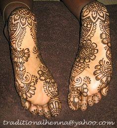 Henna on the bottoms of both feet. Paste on. Latest Mehndi Designs, Mehndi Designs For Hands, Foot Henna, Modern Saree, Beautiful Mehndi Design, Gold Ring Designs, Back Neck Designs, Cute Toes, Henna Tattoo Designs