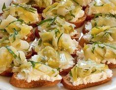 CROSTINI AI PORRI E GORGONZOLA - www.iopreparo.com: una ricetta della tradizione toscana e si possono preparare i porri dal giorno prima.  Una salsa gustosa e sorprendente a base di porri e gorgonzola è perfetta per comporre dei deliziosi crostini.