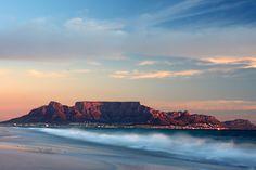 Aan de voet van de Tafelberg vind je de stad die de veelzijdigheid zelve is. Kaapstad heeft ontzettend veel te bieden op het gebied van historie, kunst, architectuur en natuur. Na een reis die wat langer duurt dan bij de doorsnee stedentrip beleef je in Kaapstad een stedentrip die ook verre van 'doorsnee' zal zijn. …