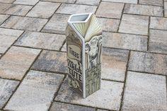 """Getränkekanne """"Milchtüte"""". Handgezeichnet und auf hochwertiges Porzellan gedruckt. Wird durch einen individuellen Namen zu einem persönlichen Geschenk."""