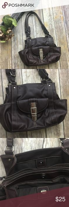 🎈 Chaps Dark Brown Satchel Purse Dark brown Satchel purse. In excellent used condition normal wear. ( couple scratches) . 4 pockets on the outside 5 pockets in the inside. Plenty of room for all your must haves. 10 inch depth. 15 inch length. 4 inch width . Chaps Bags Satchels